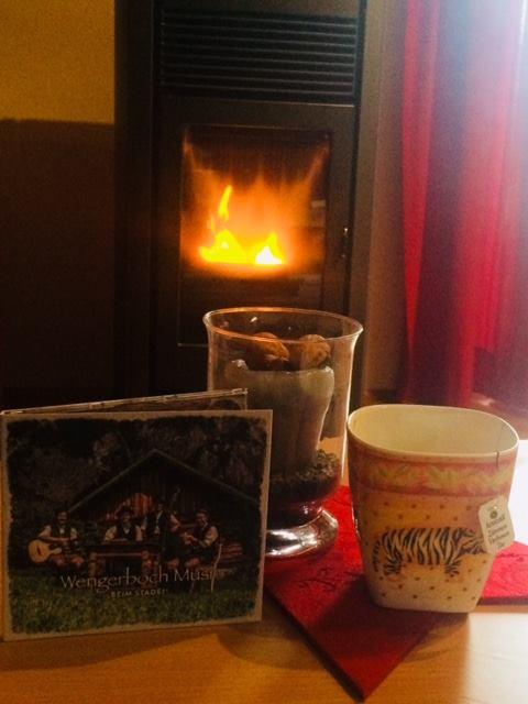 Wir erholen uns vom gestrigen, wahnsinnig schönen Abend der Wengerboch Musi.... Couch, Tee und die neue CD im Ohr...Ab s...